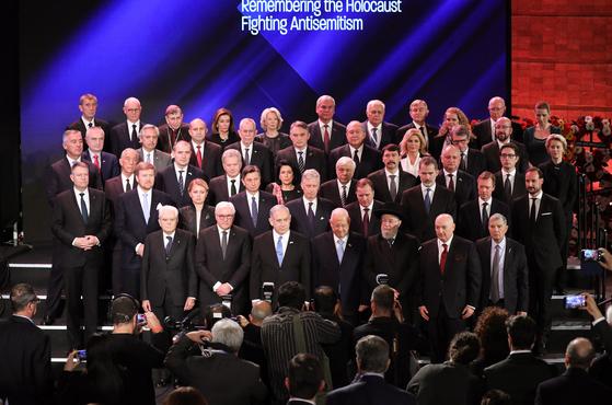 23일(현지시간) 이스라엘 예수살렘에서 열린 홀로코스트 추모 75주년 행사에 40여개국 지도자들이 참석해 기념촬영을 하고 있다. [EPA=연합뉴스]