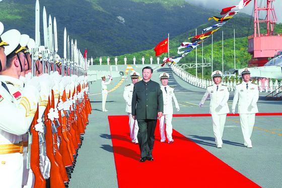 지난달 17일 중국 하이난 해군기지에서 열린 중국의 첫 자국산 항공모함 산둥함 취역식에 참석한 시진핑 중국 국가주석이 산둥함 갑판에 올라 의장대 사열을 받고 있다. [신화=연합뉴스]