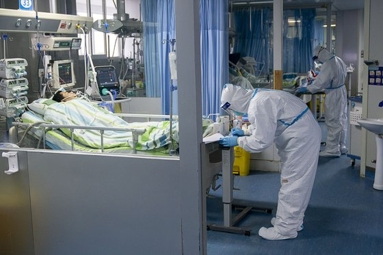 24일 중국 후베이성 우한대학 중난병원의 집중치료실에서 보호복을 입은 의료진이 신종 코로나바이러스 감염증(우한 폐렴) 확진 환자들을 돌보고 있다. [신화=연합뉴스]