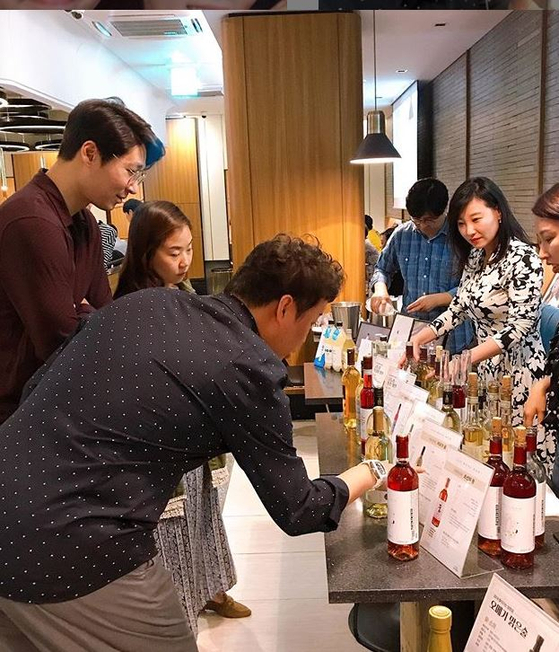 지난해 12월 진행한 한국 와인 갈라쇼 행사에는 총 14종의 한국 생산 과실 와인들과 뮤지컬 배우들의 무대를 함께 선보였다. [사진 정준하 인스타그램 캡처]