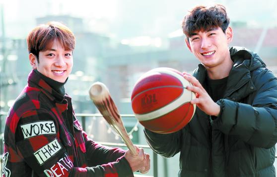 """농구선수 허훈(왼쪽)과 야구선수 이정후가 농구공과 배트를 바꿔쥐었다. 허훈은 '나보다 키가 큰 정후가 농구를 했어야 한다""""고 했다. 변선구 기자"""