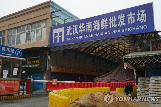 신종 코로나바이러스에 감염된 이른바 '우한 폐렴'의 최초 발생지인 중국 후베이성 우한의 화난(華南)수산물도매시장이 21일 폐쇄되어 있는 모습. [AP=연합뉴스]