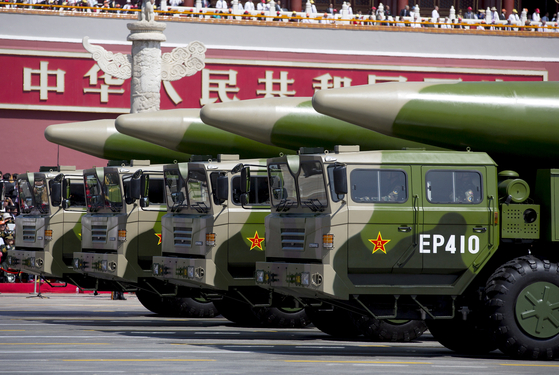 2015년 9월 3일 중국 전승절 70주년 기념 열병식에서 중국 인민해방군 로켓군이 DF-26 미사일을 선보이고 있다. 당시 사열대엔 박근혜 전 대통령이 있었다. [로이터=연합]