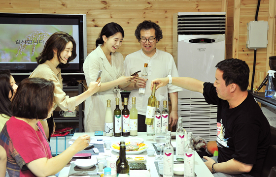 정준하가 찾아가는 양조장 홍보대사로 지난해 충남 논산의 좋은술 양조장을 찾아 다양한 술을을 살펴보고 있다. [사진 대동여주도]