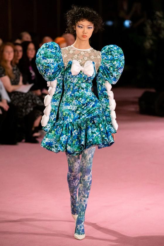 2020 봄여름 컬렉션에는 압도적인 볼륨감, 화려한 패턴 등이 특징인 '빅 드레스(Big dress)'가 자주 등장해 'BDE'라는 신조어가 만들어졌다. [사진 리차드 퀸 2020 봄여름 컬렉션]