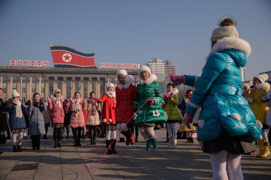 북한 매체들은 25일 음력설을 분위기를 전했다. 이날 평양 김일성광장에서 청소년들이 줄넘기를 하고 있다. [AFP=연합뉴스]