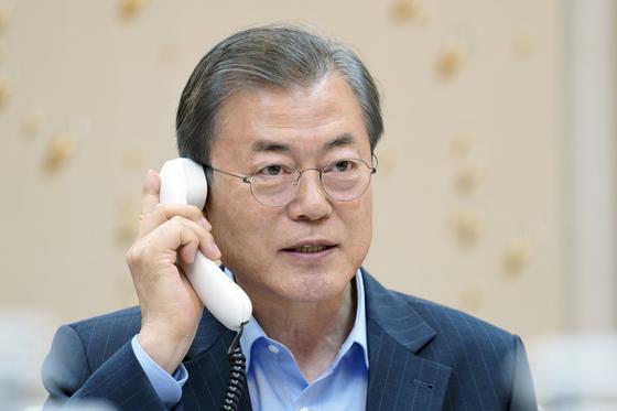 문재인 대통령이 1일 오후 청와대 관저에서 우르줄라 폰데어라이엔 유럽연합(EU) 집행위원장과 통화하고 있다. [사진제공=청와대]