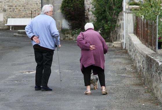 """이제 초고령사회에서 간병자의 연령은 더 높아졌다. 간병하는 사람도 간병받는 사람도 75세 이상의 """"초노노간병"""" 시대가 되었다. [사진 Pixabay]"""