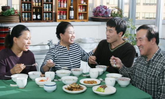함께 식사를 하는 가족. [중앙포토]