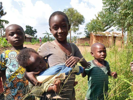 우간다 서부의 현지인 마을에 정착한 민주콩고공화국 난민 어린이들과 현지 어린이들. [채인택 기자]