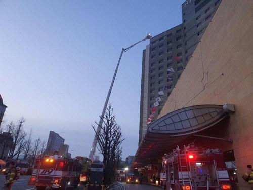 서울 중구 장충동 그랜드 엠버서더 호텔에서 26일 오전 4시 51분쯤 불이 나 소방당국이 진화작업을 벌이고 있다. [연합뉴스]