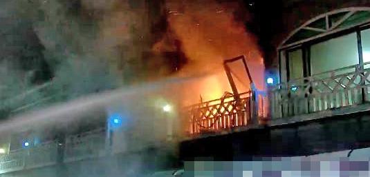 지난 25일 밤 강원 동해시의 한 펜션에서 가스 폭발로 추정되는 사고가 발생했다. 사진은 사고 당시 소방당국이 진화작업을 벌이는 모습. [연합뉴스]