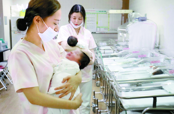 출산이 급격히 감소하면서 지난해 출생아 수가 매년 줄고 있다. 지난해엔 역대 최저인 30만 명대로 집계됐다. [중앙포토]