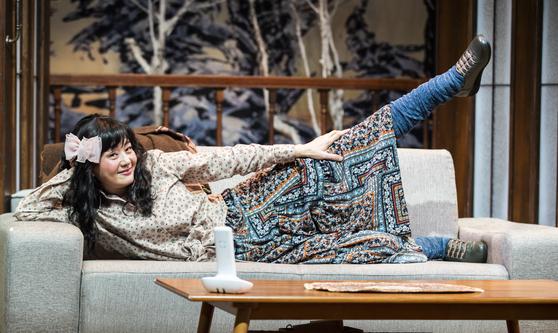 """배우 배종옥은 공연 의상을 그대로 입고 인터뷰를 했다. """"공연 때보다는 덜 '이상하게' 해야하지 않겠냐""""는 분장 담당의 말에 """"하던대로 하자""""고 했다. 권혁재 사진전문기자"""