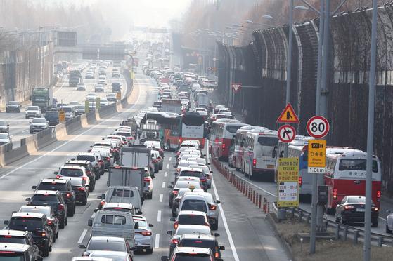 설연휴를 하루 앞둔 지난 23일 서울 서초구 잠원IC 인근 경부고속도로 하행선에 차량행렬이 꼬리를 물고 있다. [뉴스1]