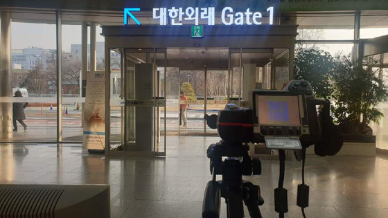 서울대병원 본관 입구에 열감지센서 카메라가 설치됐다. [서울대병원]