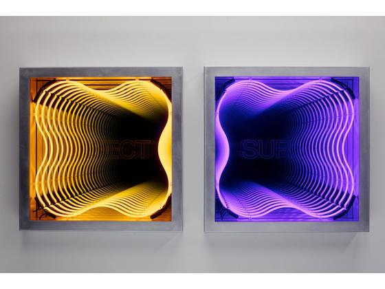 Iván Navarro Defect & Surge 2012 Neon lights, aluminum box, mirror, one way mirror and electric energy86.4 x 86.4 x 17 cm. [사진 갤러리현대]
