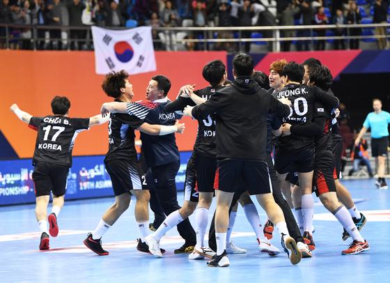 연장 접전 끝에 일본을 꺾고 아시아선수권 결승에 오른 우리 선수들이 환호하고 있다. [EPA=연합뉴스]