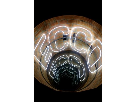 Iván Navarro Ecco (Brick) 2012 Neon lights, bricks, paint, plexiglass, mirror, one-way mirror and electric energy90.2 x 189.2 cm. [사진 갤러리현대]
