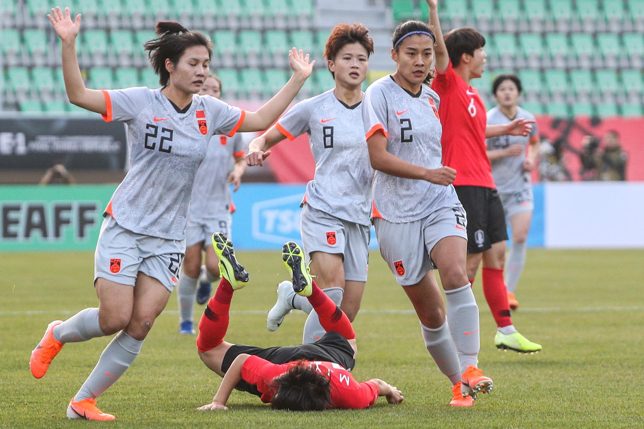 지난달 10일 부산에서 열린 동아시안컵에서 한국과 중국 선수들이 맞대결을 펼치고 있다. [뉴스1]