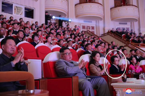김정은 북한 국무위원장이 설 당일인 25일 삼지연극장에서 부인 이설주 여사와 함께 명절 기념공연을 관람했다고 조선중앙통신이 26일 보도했다. 이날 행사에는 김정일 국방위원장의 여동생이자 처형된 장성택의 부인이었던 김경희 전 노동당 비서(왼쪽 네번째)가 2013년 9월 9일 이후 처음으로 공개석상에 등장했다. 왼쪽부터 최용해 국무위원회 제1부위원장, 김정은 위원장,이설주 여사, 김경희 전 노동당 비서, 김여정 당 제1부부장. [연합뉴스]