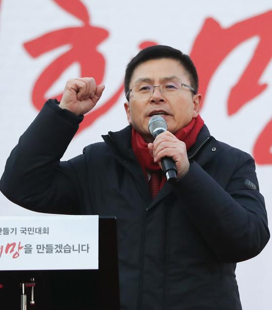 황교안 자유한국당 대표가 3일 서울 광화문 세종문화회관 앞에서 열린 희망 대한민국 만들기 국민대회에서 규탄사를 하고 있다. 황 대표는 이 자리에서 수도권 험지 출마를 공언했다. [뉴스1]