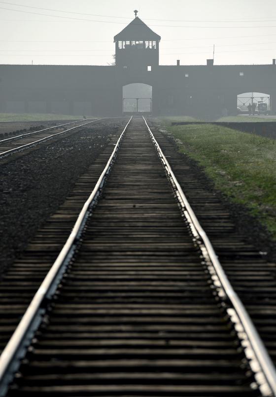 제2차 세계대전 중 130만 명이 수용돼 110만 명이 학살 당한 나치의 아우슈비츠(폴란드어 오시비엥침) 강제수용소의 정문. 기차를 타고 이곳에서 내린 사람들은 즉각 가스실로 가거나 강제노동을 하다 학대 당하는 운명 중에 하나에 처하게 됐다. 나치는 유대인뿐 아니라 소련군 포로, 슬라브족, 장애인, 집시, 동성애자, 정치적 반대자를 이곳에서 학살했다. 이곳은 20세기 역사에서 야만과 잔혹의 상징이 됐다. [EPA=연합뉴스]