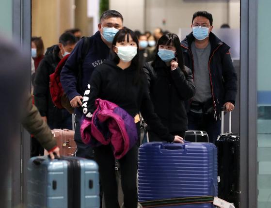 국내 네 번째 우한 폐렴(신종 코로나바이러스) 확진환자가 발생한 가운데 27일 오후 인천국제공항 제1여객터미널에서 마스크를 쓴 승객들이 입국하고 있다. [뉴스1]