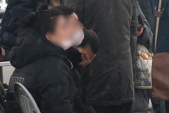 9명의 사상자를 낸 강원도 동해시 펜션 가스 폭발 사고 이틀째인 26일 피해자 가족들이 감식 진행 중인 현장을 지켜보며 슬픔에 젖어있다. [뉴스1]