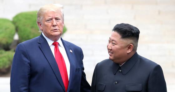 도널드 트럼프 미국 대통령이 6월 30일 판문점 공동경비구역(JSA) 군사분계선에서 김정은 북한 국무위원장과 만나고 있다. [청와대사진기자단]