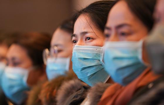 25일(현지시간) 중국 우한에 투입된 의료진들이 마스크를 쓰고 주의사항을 듣고 있다. [신화=연합뉴스]