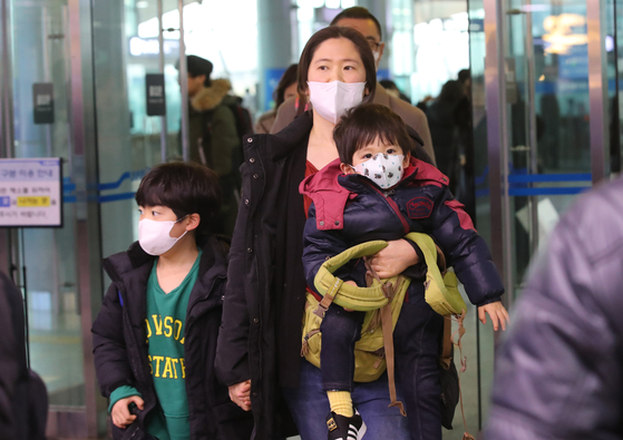민족의 최대 명절 설날을 이틀 앞둔 지난 23일 귀성전쟁을 치르고 부산역에 도착한 귀성객들이 중국 우한의 코로나바이러스의 영향인 듯 가족 모두 마스크를 착용한 채 역을빠져나오고 있다. 송봉근 기자