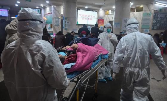 우한의 병원. 끊임없이 환자들이 몰려들고 있다. [AFP]