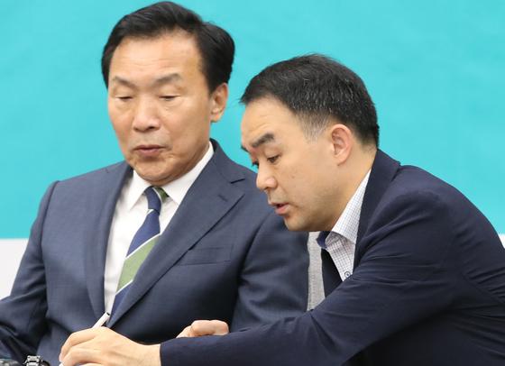 손학규 바른미래당 대표(왼쪽)와 채이배 의원이 5일 국회에서 열린 의원연찬회에 참석해 이야기하고 있다. 오종택 기자