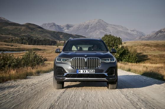 BMW의 플래그십 SUV답게 위풍당당한 체구와 BMW 특유의 스포츠 드라이빙 감성을 만족시킨다. [사진 BMW]