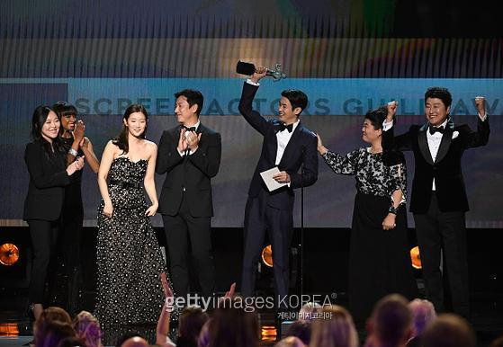 LOS ANGELES, CALIFORNIA - JANUARY 19: (L-R) So-dam Park, Sun-kyun Lee, Woo-sik Choi, Kang-ho Song, and Jeong-eun Lee accept Outstanding Performance by a Cast in a Motion Picture for 'Parasite' onstage during the 26th Annual Screen Actors?Guild Awards at The Shrine Auditorium on January 19, 2020 in Los Angeles, California. 721359 (Photo by Kevork Djansezian/Getty Images for Turner