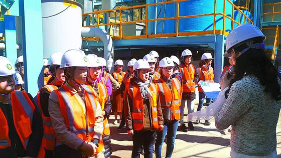 2018년 10월 영풍석포제련소가 초청한 석포면 여성단체회원 40여 명이 공장 내부를 살펴보고 있다. [사진 석포제련소]