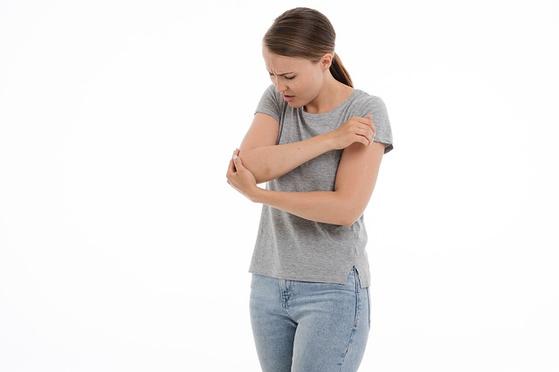 흔히 '엘보'라고 불리는 팔꿈치 통증은 대표적인 '얕잡아 보다가 큰코다치는 병'이다. [사진 pixabay]
