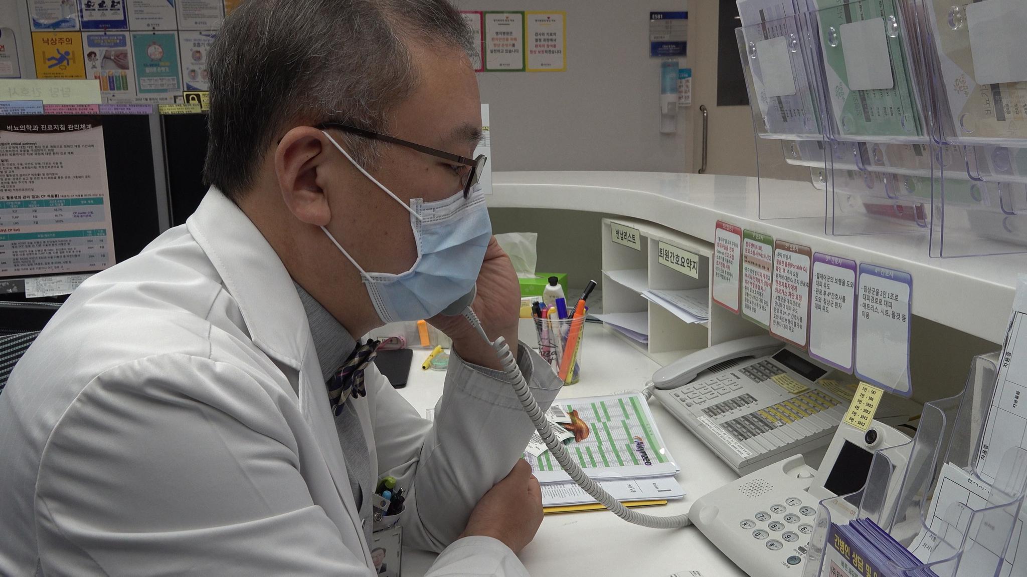 28일 고양시 명지병원 격리음압병동에서 박상준 호흡기내과 교수가 신종 코로나바이러스 감염증 확진판정을 받은 환자와 전화 통화로 진료하고 있다. 공성룡 기자