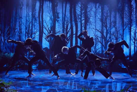 28일(현지시간) 미국 CBS '더 레이트 레이트 쇼 위드 제임스 코든'에 출연해 '블랙 스완' 무대를 처음 공개한 방탄소년단. [사진 Terence Patrick / @terencepatrick]
