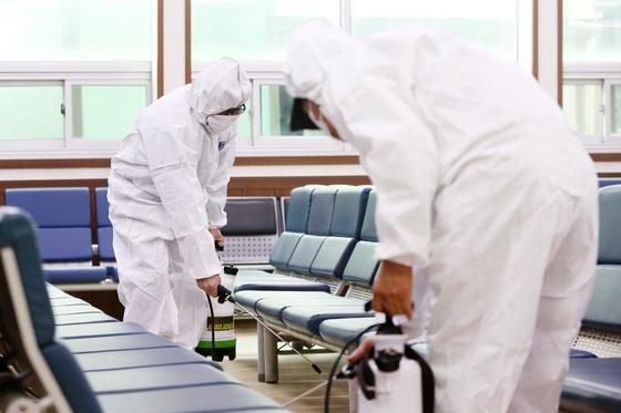 정부가 우한폐렴(신종 코로나바이러스 감염증) 관련 감염병 위기경보 단계를 '경계'로 상향 조정한 가운데 28일 오전 경기도 평택항 국제여객터미널에서 평택시 항만정책과 관계자들이 방역을 실시하고 있다. [뉴스1]