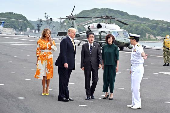 도널드 트럼프 미국 대통령 부부가 지난해 5월 28일 미국 대통령으로는 처음으로 일본 해상자위대 호위함에 승선했다. [AFP=연합뉴스]