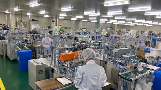 마스크 제조업체 이앤더블유의 공장 내부 모습. [사진 식품의약품안전처]