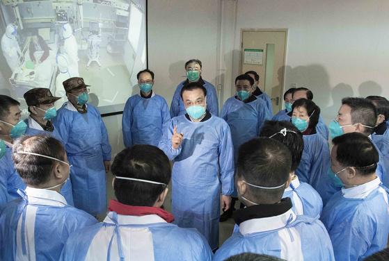 리커창 중국 총리(가운데)가 중국 후베이성 우한의 한 병원을 방문해 관계자들과 이야기하고 있다.[신화=연합뉴스]
