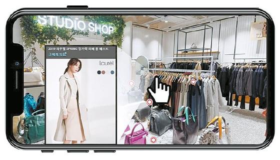 롯데홈쇼핑이 미디어 커머스로의 변신을 가속하고 있다. 이를 위해 비디오 커머스 스타트업에 대한 투자 등을 강화하고 있다. 사진은 'VR 스트리트'를 통해 쇼핑하는 모습. [사진 롯데홈쇼핑]
