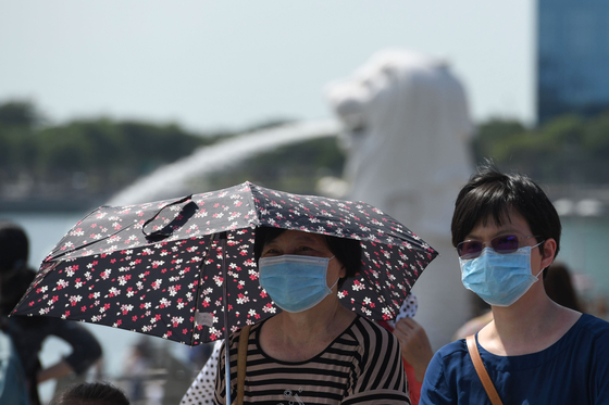 마스크를 쓰고 싱가포르 마리나 베이를 둘러보는 관광객들. [AFP=연합뉴스]