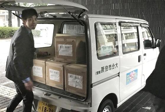 """우한과 자매도시 관계인 일본 오이타시가 마스크를 3만장 기부했다. 마스크 상자에는 """"우한 힘내라""""는 문구가 중국어로 적혀있다. [니시니혼 신문]"""