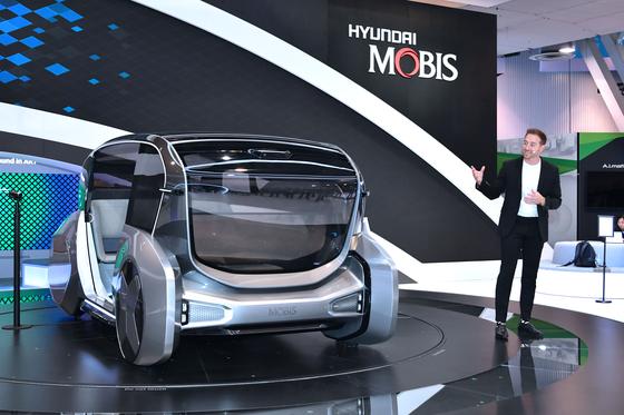 지난 7일 미국 라스베이거스에서 열린 전자기기쇼(CES)에서 현대모비스 관계자가 전기차 공유 컨센트 '엠비전S'에 대해 설명하고 있다. [사진 현대모비스]