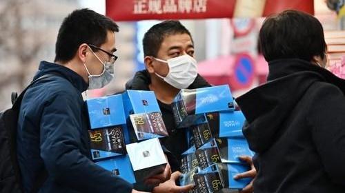 신종 코로나바이러스 감염증(우한 폐렴)이 확산하는 가운데 지난 27일 일본 도쿄도(東京都)의 한 드럭스토어에서 소비자가 마스크를 대량으로 들고 있다. [AFP=연합뉴스]