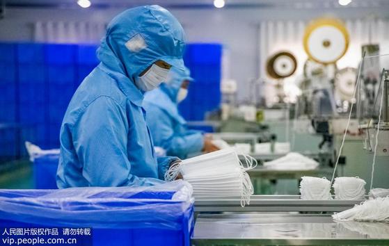 중국 각지에서 신종 폐렴과 사투를 벌이고 있는 후베이성 우한으로 방호복과 마스크 등 지원 물자가 기증되고 있다. [중국 인민망 캡처]